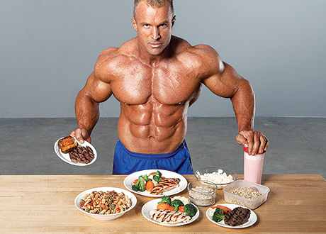 Homem com alimentos da dieta para hipertrofia