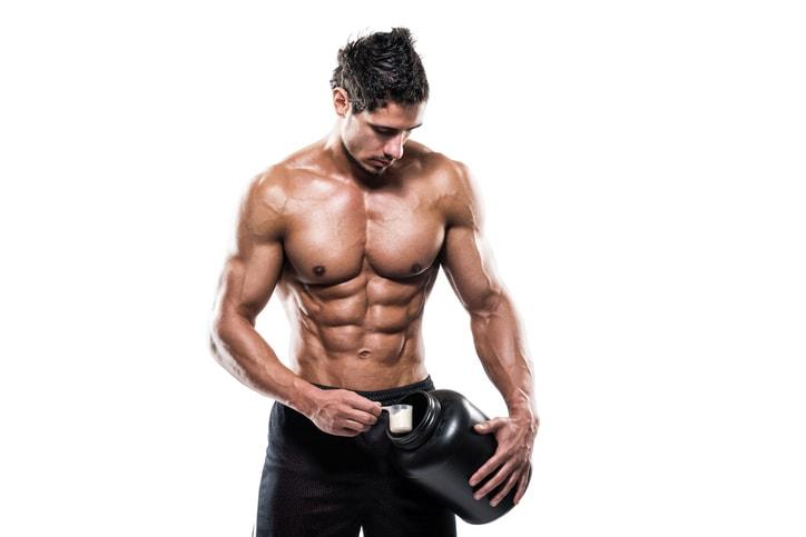 Atleta tomando whey protein para intensificar os resultados no treino