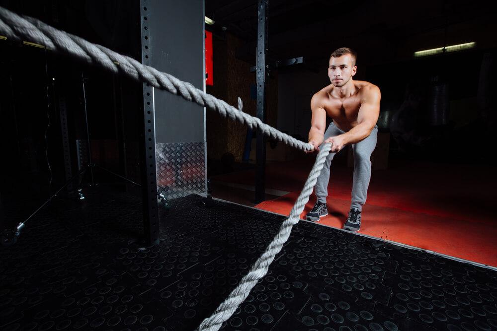 Treino funcional: homem praticando treinamento funcional com cordas