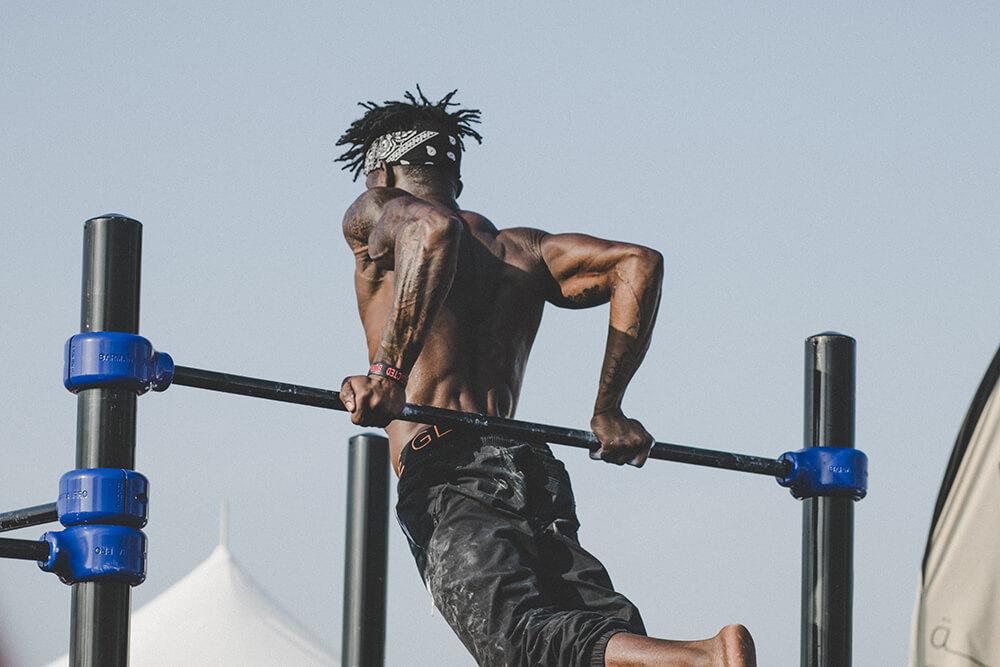 Homem fazendo exercício na barra