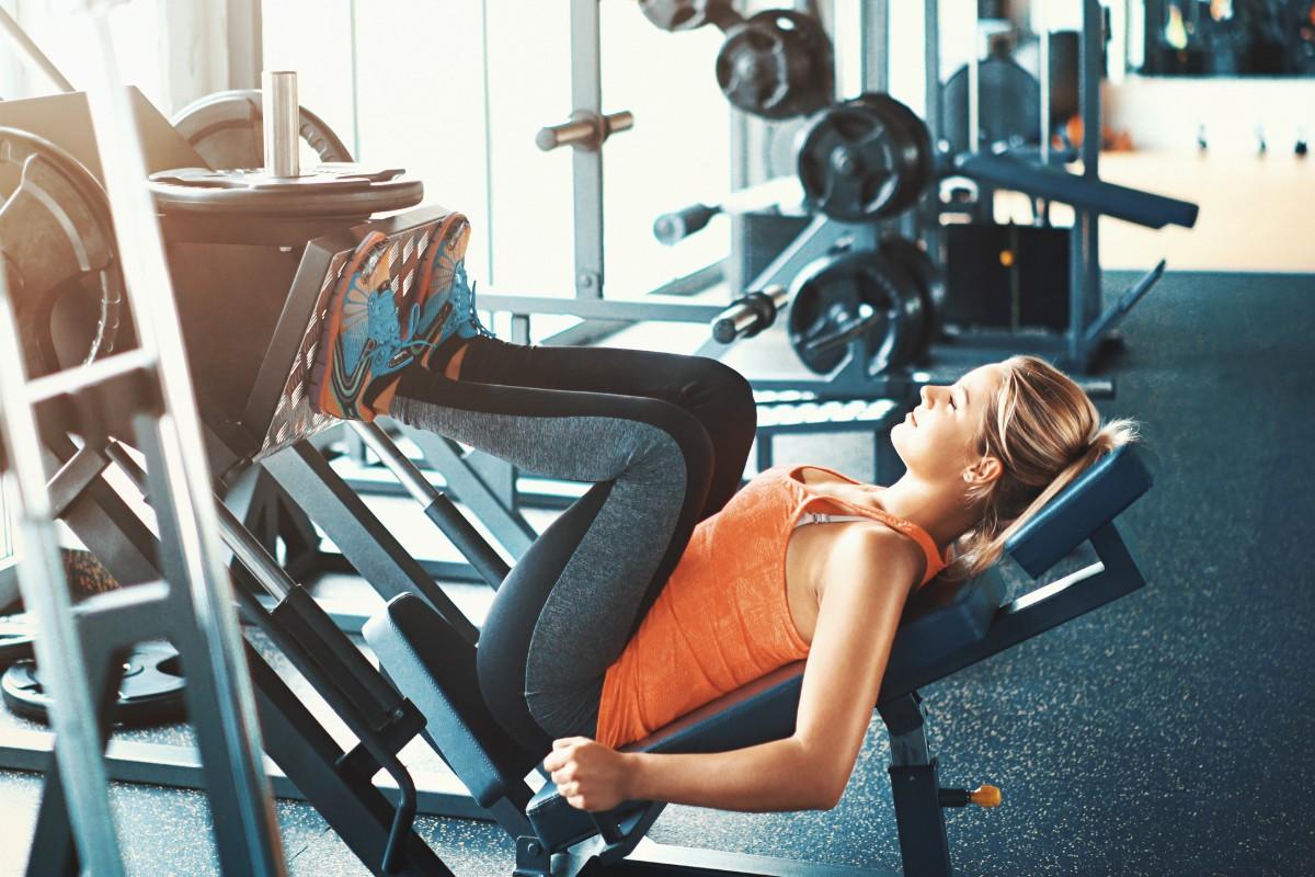 Mulher fazendo Exercício de perna